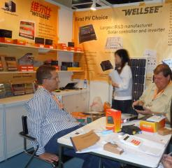 Buyers test wellsee solar controller and solar inverter in HK Electronics Fair